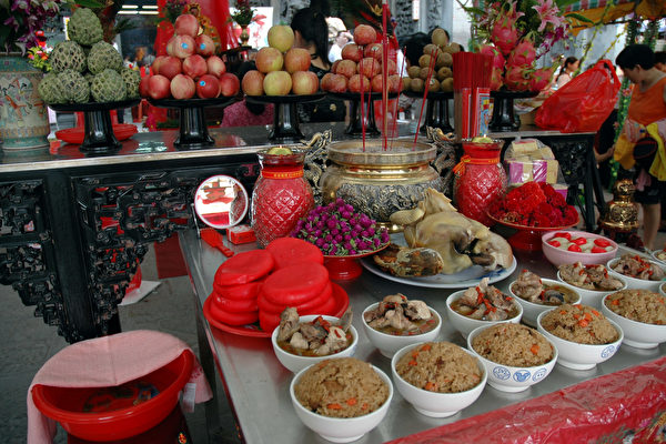 Altar for worshiping Zhinu - Qixi Festival Traditions